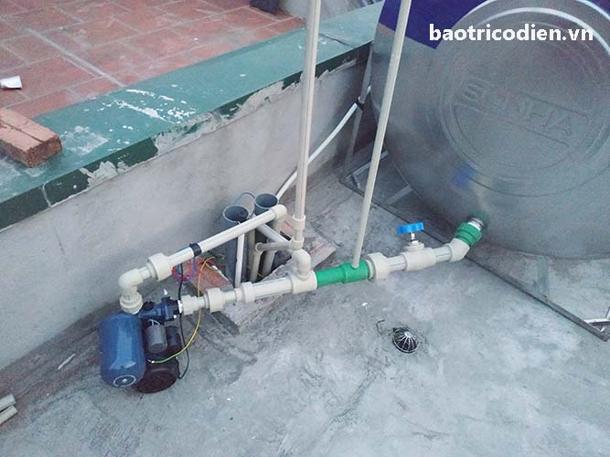 Lắp đặt máy bơm tăng áp để khắc phục nước trong nhà chảy yếu