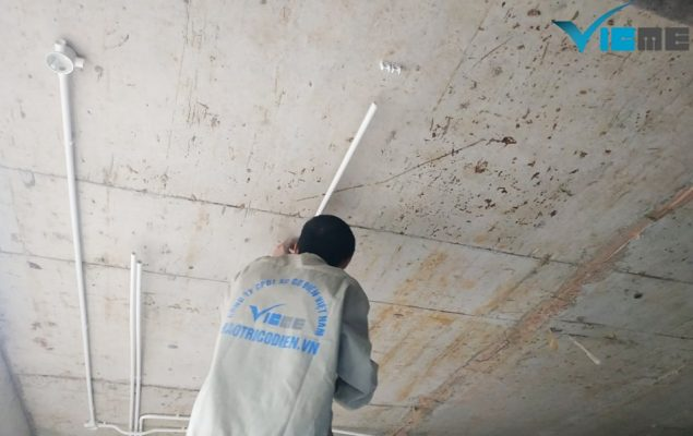 cắt đục tường thi công hệ thống điện nước biệt thự