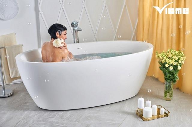 bồn tắm trong nhà vệ sinh